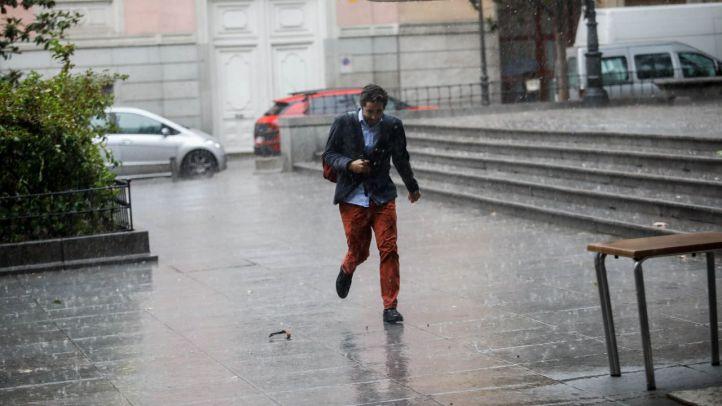Las lluvias y tormentas que comenzaron el domingo y han arrasado algunos municipios continuarán este martes en toda la Comunidad de Madrid.