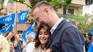 Pedro García Aguado abraza a la nueva presidenta de la Comunidad, Isabel Díaz Ayuso, en un mítin.
