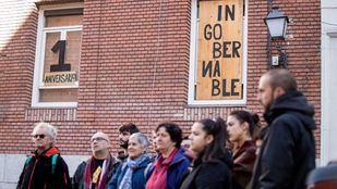 Miembros del CS Ingobernable, en la puerta del inmueble.
