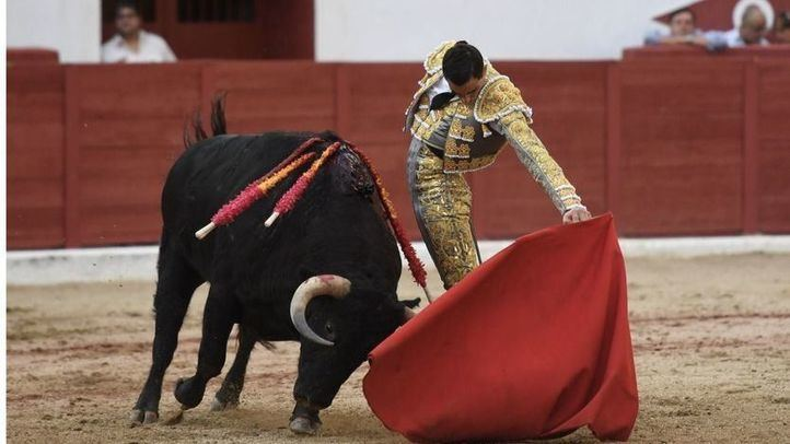Uno de los naturales de Ureña a su segundo toro al que cortó dos orejas