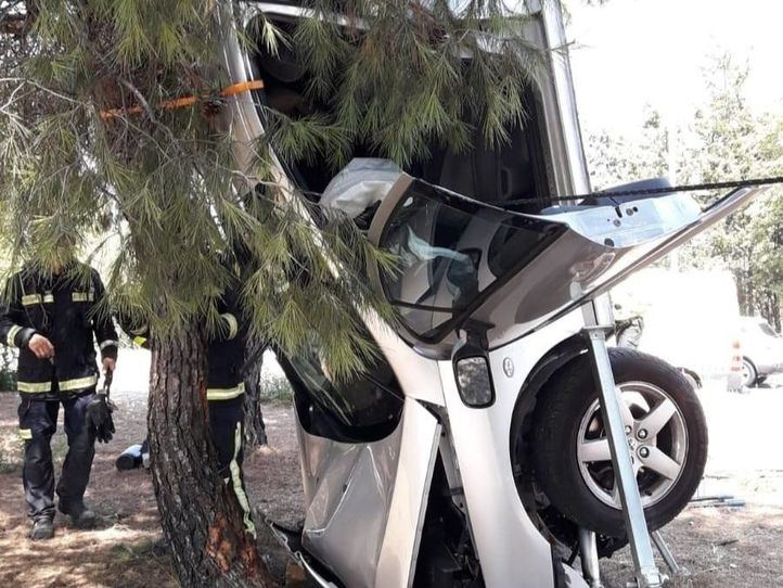 Un coche acaba vertical tras salirse de una rotonda y chocar contra un pino