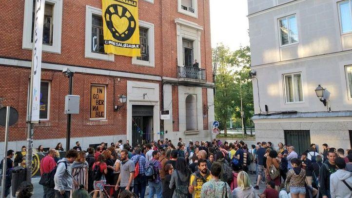 El desalojo de La Ingobernable ha sido aplazado y celebrado por el numeroso grupo de personas que se concentraba en la calle.