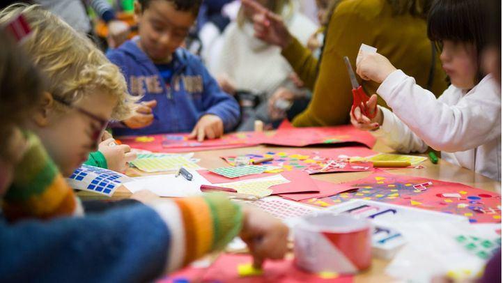 Los niños más pequeños se divierten pintando y jugando con pegatinas.