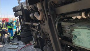Rescatan a un trabajador al volcar un camión en una lavandería