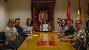 La alcaldesa de Móstoles muestra el documento que declara a las Fiestas del 2 de Mayo de Interés Turístico Nacional.