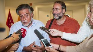 Pepu Hernández, portavoz del PSOE, y Quique Villalobos, presidente de la FRAVM, minutos antes de la reunión mantenida hoy.