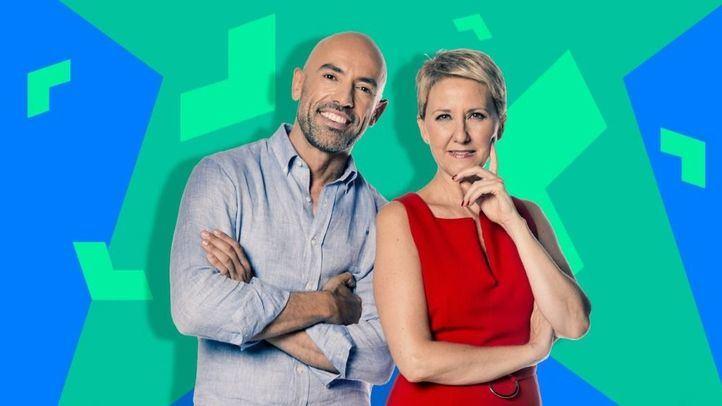 Inmaculada Galván y Emilio Pineda, presentadores de 'Madrid Directo'.