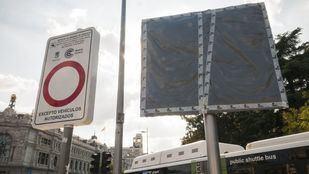 Una de las pantallas informativas de Madrid Central, instalada pero tapada.