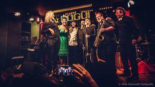 De izquierda a derecha: Diego Ebbeler (Piano), T.J.Jazz (Voz), Dick Richard Angstadt, Gerardo Ramos (Contrabajo), Norman Hogue (Trombón), Marcelo Peralta (Saxo) y Jimmy Castro (Batería).