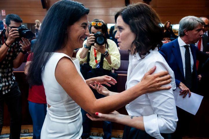 Rocío Monasterio e Isabel Díaz Ayuso, en una sesión plenaria.