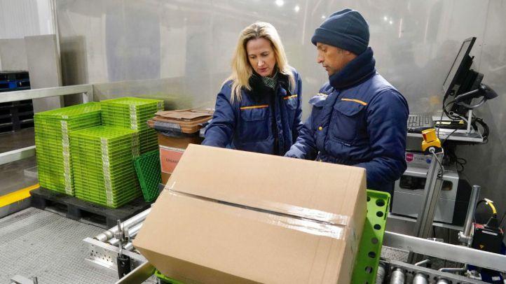 Alicia Sena, una de las nuevas incorporaciones en el Departamento de Informática, durante su formación en los procesos logísticos de la compañía