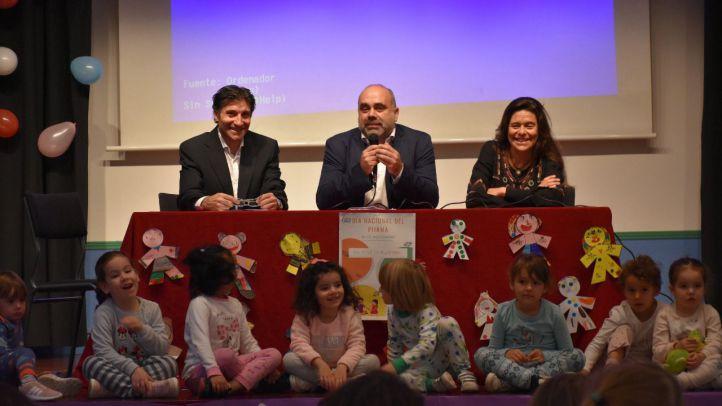 De derecha a izquierda, María Araúz, presidenta de ASEAF, Pau Marí-Klose, Alto Comisionado para la lucha contra la pobreza infantil y el director del CEIP Menéndez Pelayo de Madrid, Gregorio Mariano Mariano.