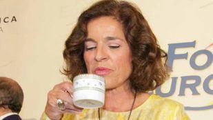 Ana Botella se toma una relaxing cup of café con leche.