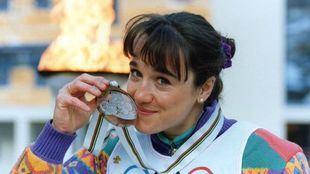 Blanca Fernández Ochoa se cuelga la medalla de bronce en los JJOO de Albertville en 1992.