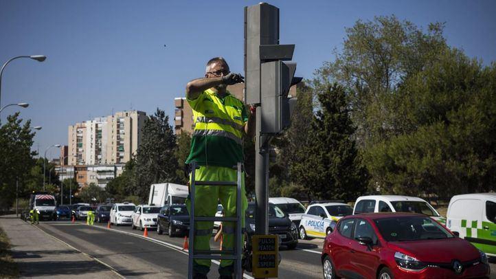 Un técnico apaga un semáforo de la A-5.