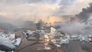 Incendio en una planta de reciclaje en Alcalá de Henares.