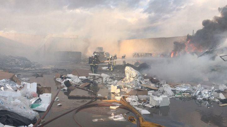 Controlado un incendio en una planta de reciclaje en Alcalá