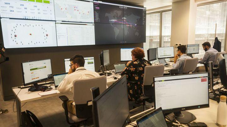 Trabajadores en el nuevo centro de ciberseguridad en Torre Chamartín