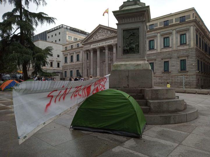 Los 'sin techo' defienden su Decreto 'Nadie sin hogar' con una acampada en el Congreso