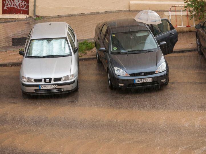La lluvia cae con fuerza en el barrio de La Elipa.