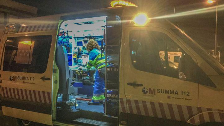 Los servicios de emergencias atienden al hombre herido tras recibir las puñaladas.