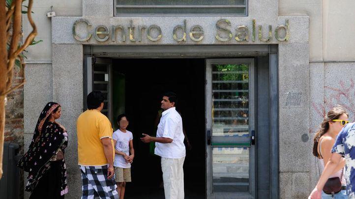 Inmigrantes frente a un centro de salud en Lavapiés. Foto de archivo.
