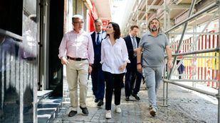 Guillermo Hita, alcalde de Arganda del Rey, visita las zonas más afectadas por las inundaciones con la presidenta regional, Isabel Díaz Ayuso.