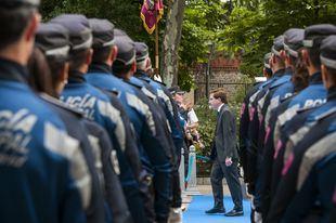 El alcalde José Luis Martínez-Almeida, junto a un grupo de Policía Municipal.