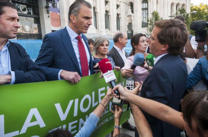 Vox.  asiste. al minuto de silencio en Cibeles con su propia pancarta de protesta