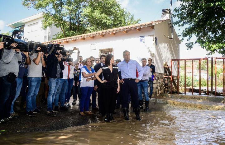 La presidenta regional, Isabel Díaz Ayuso, en su visita a Villar del Olmo.