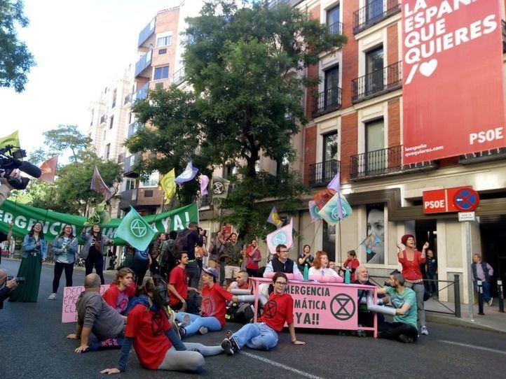 Los manifestantes han cortado, durante una hora, la calle Ferraz frente a la sede del PSOE.
