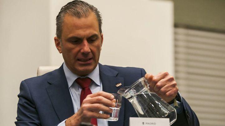 Javier Ortega Smith, portavoz de Vox, bebe agua minutos antes del comienzo del Pleno.