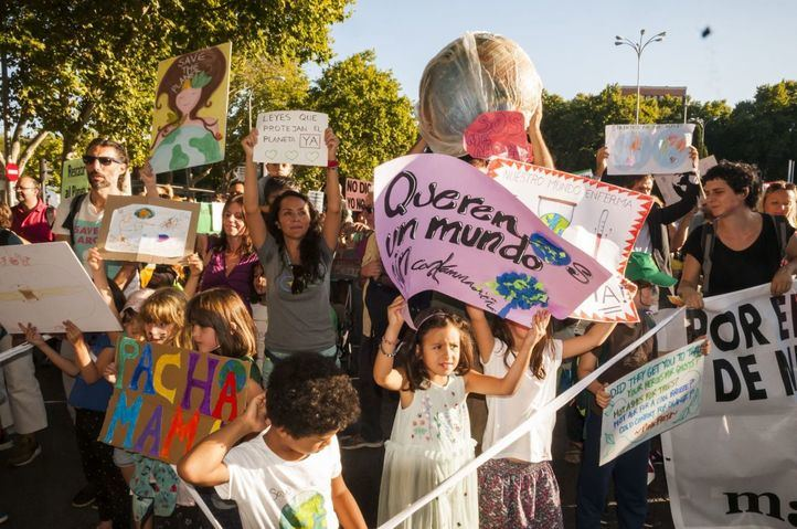 'Planeta, escucha, estamos en tu lucha': Miles de personas claman ante la emergencia climática en Madrid