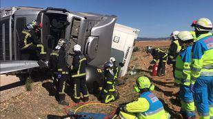 Bomberos y sanitarios se han desplazado hasta Talamanca para liberar al camionero cuyo brazo había quedado atrapado bajo el vehículo.
