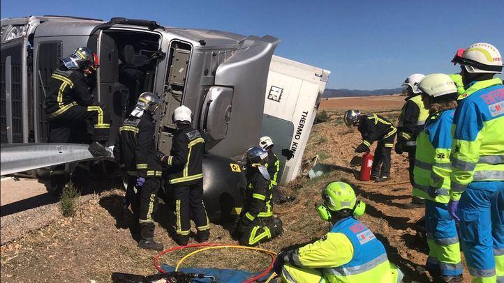 Varios bomberos liberan a un camionero que había quedado atrapado tras un accidente