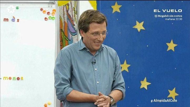 Almeida la lía contestando a las preguntas de niños de primaria