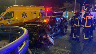 Dos jóvenes, graves tras chocar contra una mediana en Puente de Ventas