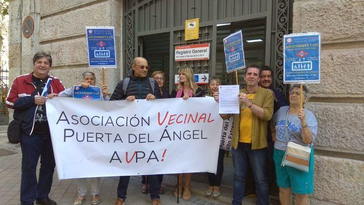 Vecinos y asociaciones exigen ascensores en el metro de Puerta del Ángel y Alto de Extremadura