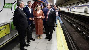 El consejero de Transportes, Ángel Garrido, su homóloga en Cultura y Turismo, Marta Rivera, y el delegado de Medio Ambiente y Movilidad, Borja Carabante, durante la presentación de la iniciativa.