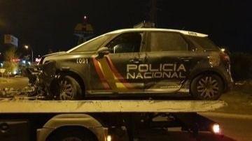 Uno de los coches policiales destrozados tras la persecución.