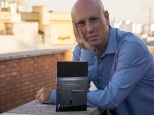David Salvo presenta su primer libro 'De espaldas y lunas': una oda a la nostalgia
