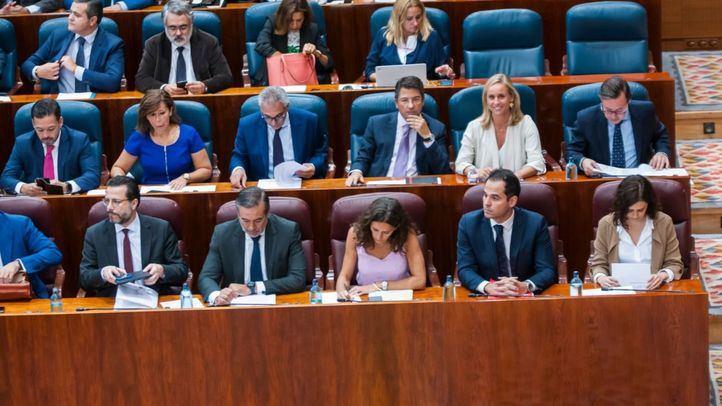 GALERÍA | Mantis y parroquias ardiendo: el ambiente más bronco se ceba en la Asamblea