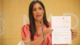 Begoña Villacís sujeta la carta que le han enviado al Gobierno de Sánchez denunciando el colapso de refugiados en la ciudad.