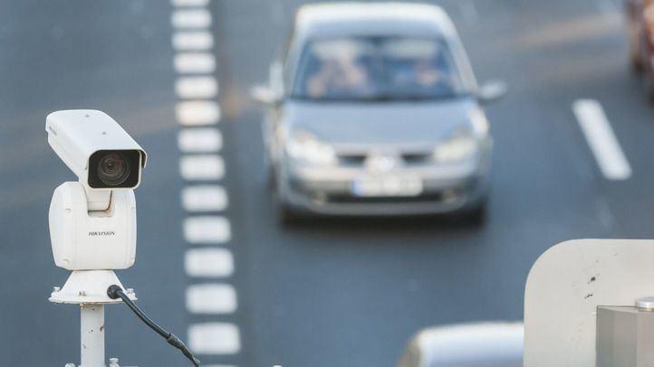 Foto de archivo de un radar de tráfico.