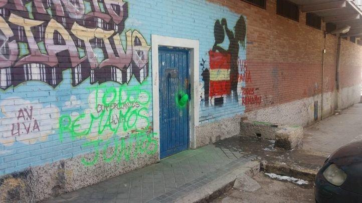 El local, con pintadas y la máscara en la puerta.