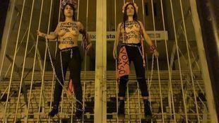 Cuatro activistas de Femen, encadenadas en Vistalegre contra el acto de Vox