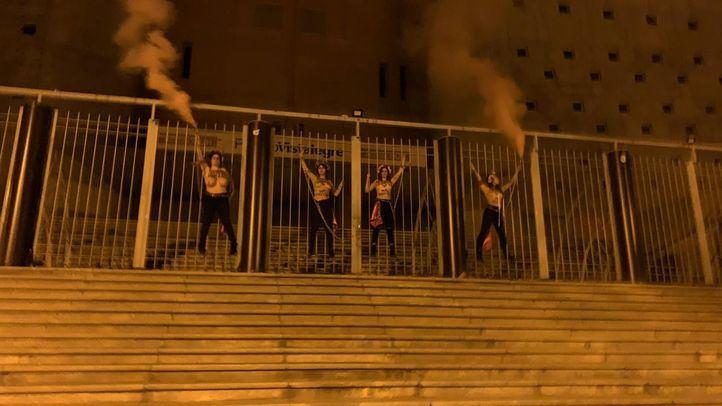 Activistas de Femen se encadenan en el Palacio de Vistalegre antes del mitin de Vox.