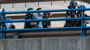 Activistas por el clima son detenidos en el puente de Nuevos Ministerios