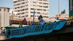 Activistas por el clima acampan frente al Ministerio de Transición Ecológica