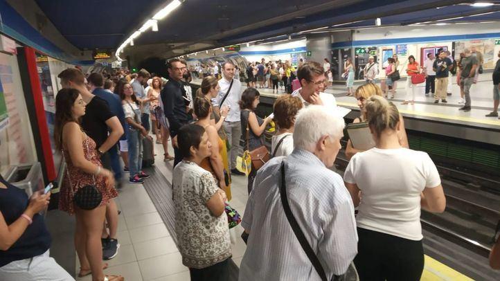 Viajeros en Metro de Madrid.